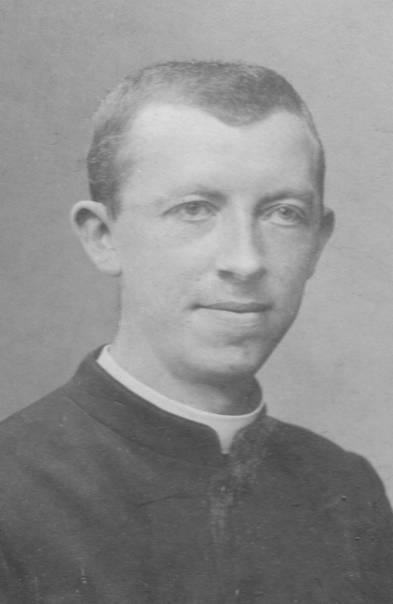 Eingekleideter Pater als Jesuit